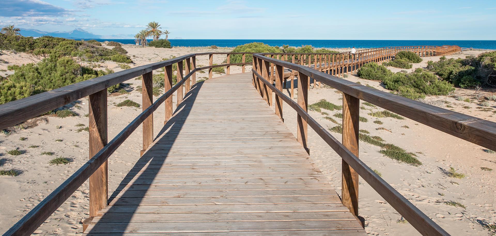 Drewniany pomost-zejście na plażę.