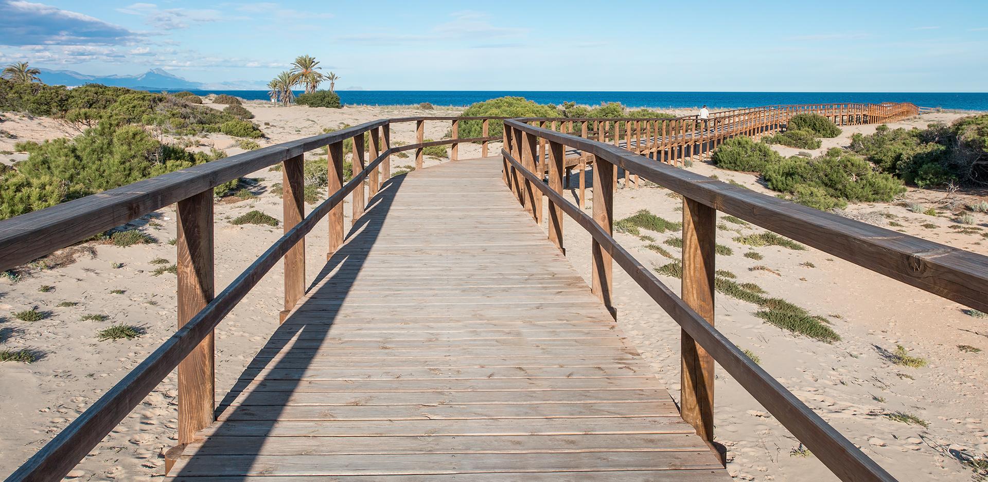 Zejście na plażę w Gran Alacant, Hiszpania.